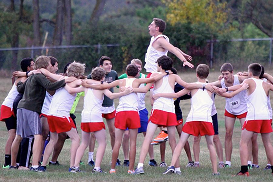 Senior+Stuart+Baker+leads+the+boys+cross+country+team+cheer.+