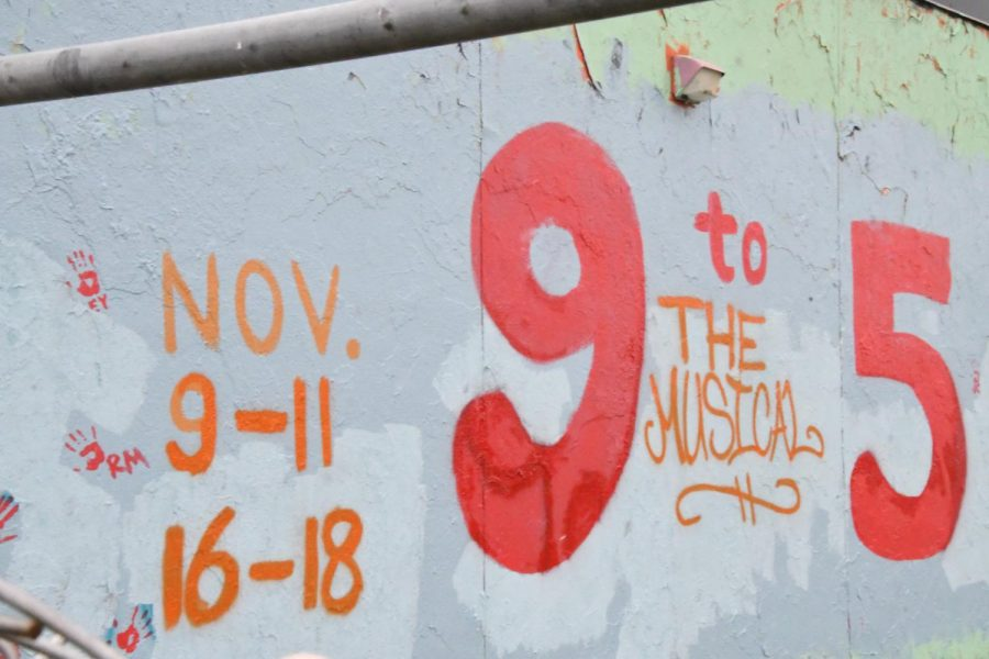 Thespians+painted+the+senior+wall+Nov.+3+to+advertise+the+fall+musical+%229+to+5.%22+The+wall+was+repainted+Nov.+8%2C+after+offensive+slurs+vandalized+the+wall.