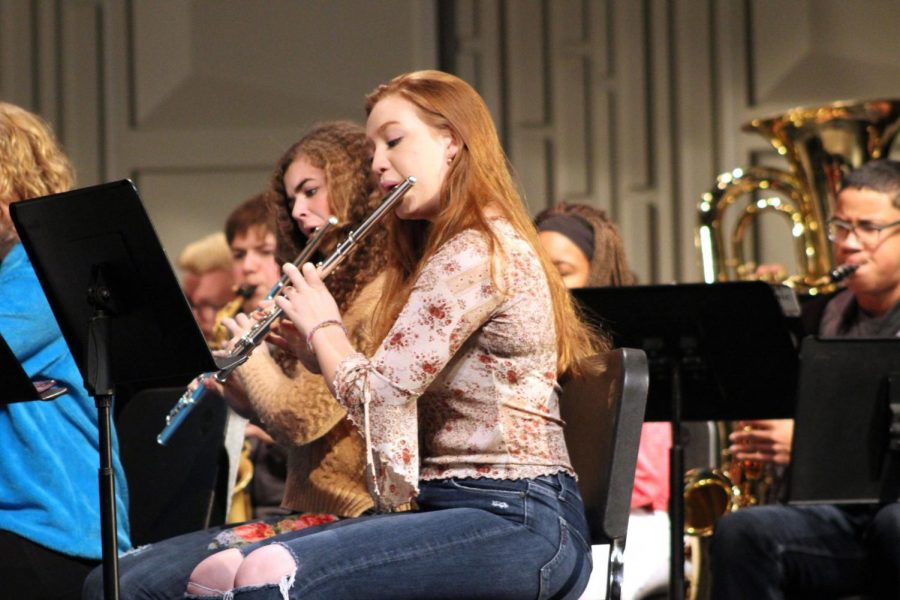 Senior+Ana+Armbrecht+plays+the+flute+at+the+joint+band+and+Park+Singers+practice+Nov.+28.+The+combined+group+will+perform+at+the+band+concert+Dec.+3.
