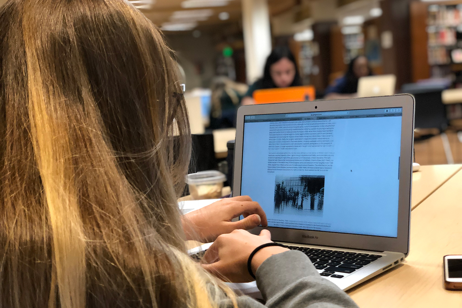 Sophomore Isa Ionazzi does research for a project in history class. A study published in 2017 by the Stanford Graduate School of Education found that 80% of the students tested couldn't identify biased content from mainstream media.