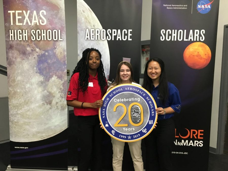 Senior+Carol+Anne+Starks+%28middle%29+holds+a+sign+with+two+other+students+attending+the+High+School+Aerospace+Scholars+program+at+the+NASA+facility+in+Houston%2C+TX.+Carol+Anne%E2%80%99s+10-person+group+was+tasked+with+studying+the+geography+of+Mars.+