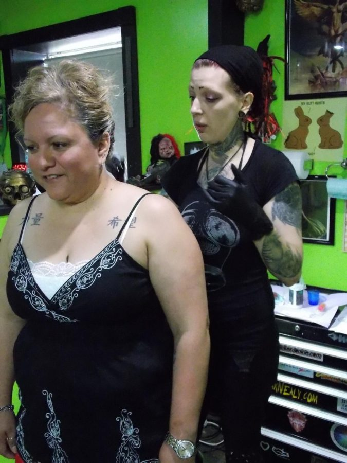 Jak+explains+her+process+to+Jordan+while+prepping+for+the+tattoo.