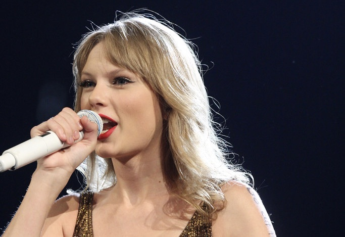 """Taylor Swift shines while telling """"folklore"""""""