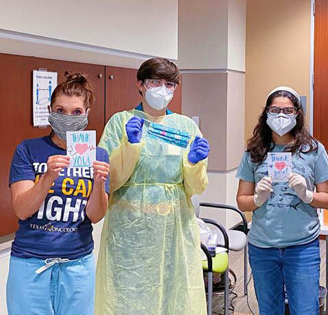 Ma(s)king a Difference Austin chapter lead Lipika Chatur '21 stands with medical professionals of Texas Oncology Cedar Park to deliver volunteer-made masks and cards.