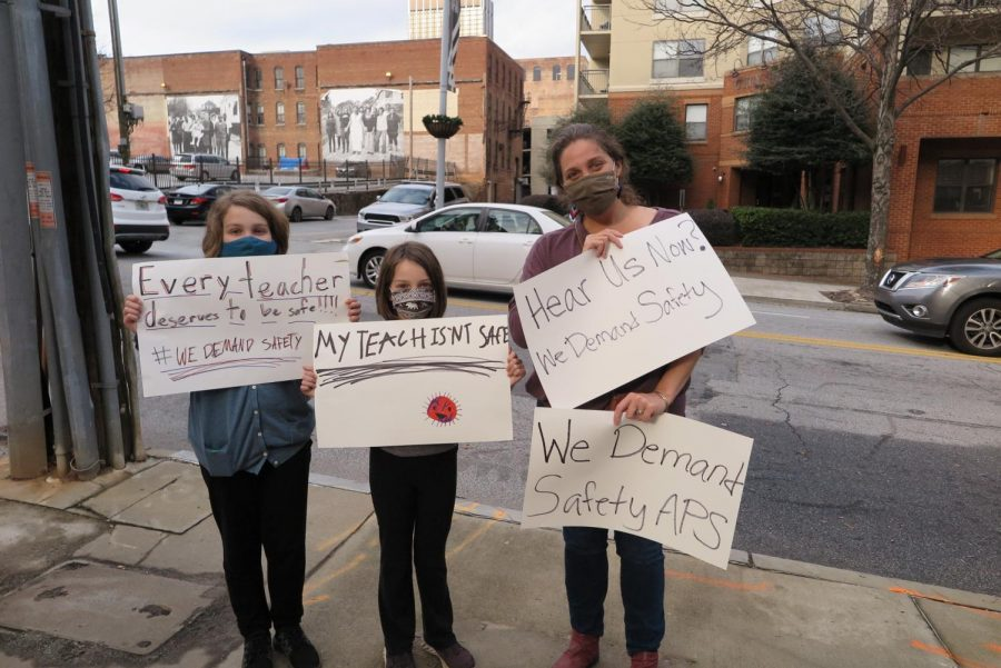 District teachers hold rally protesting return to in-person learning